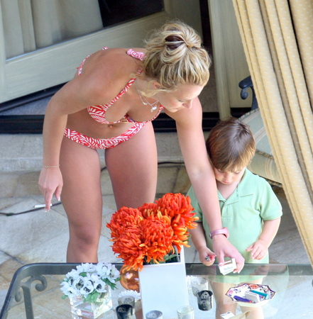 Britney Spears in bikini where she's smoking in front of her kid (July 2008) ...